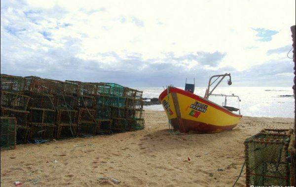 Fischerboot und Reusen, Villa Chã